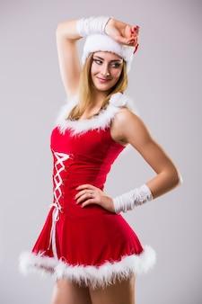 Portret van mooie sexy vrouw die als het dansen van de kerstman draagt ?? geïsoleerd op witte achtergrond