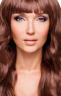 Portret van mooie sexy vrouw met lange rode haren. closeup gezicht met krullend kapsel, geïsoleerd op wit.