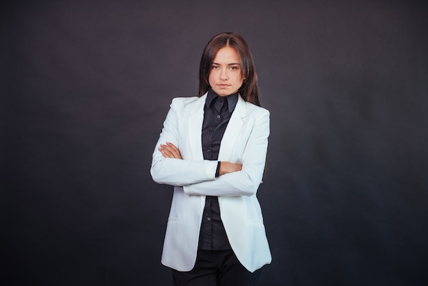 Portret van mooie slimme jonge onderneemster in bedrijfskledij
