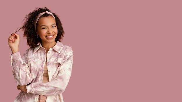 Portret van mooie smileyvrouw met exemplaarruimte