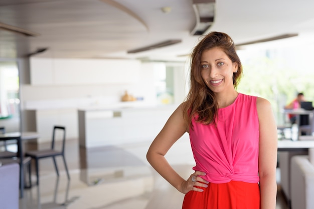 Portret van mooie spaanse vrouw in modern, eigentijds huis binnenshuis