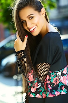 Portret van mooie stijlvolle jonge vrouw in de straat