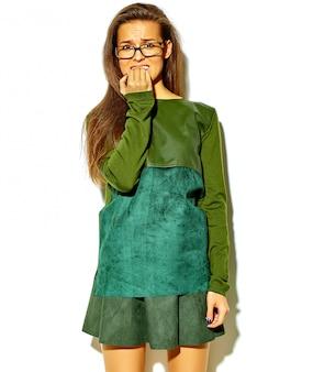 Portret van mooie stijlvolle jonge vrouw met een bril