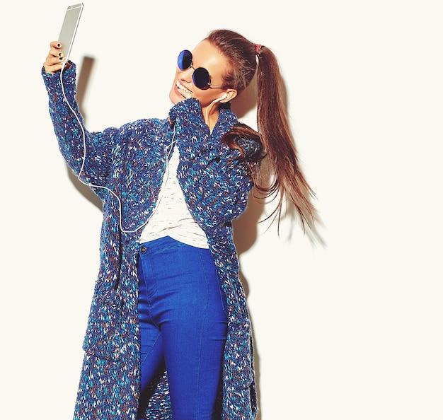 Portret van mooie stijlvolle jonge vrouw met oortelefoons