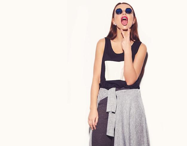Portret van mooie stijlvolle jonge vrouw met zonnebril