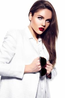Portret van mooie stijlvolle jonge vrouw