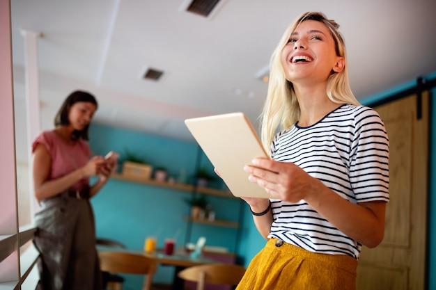Portret van mooie student of zakenvrouw in smart casual met behulp van digitale tablet