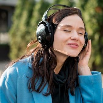 Portret van mooie tiener die aan muziek luistert