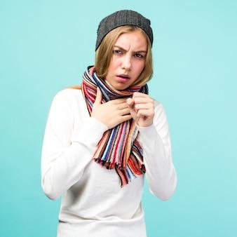 Portret van mooie tiener meisje met hoest en keelpijn ziek gevoel