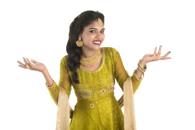 Portret van mooie traditionele indiase vrouw poseren op witte muur.