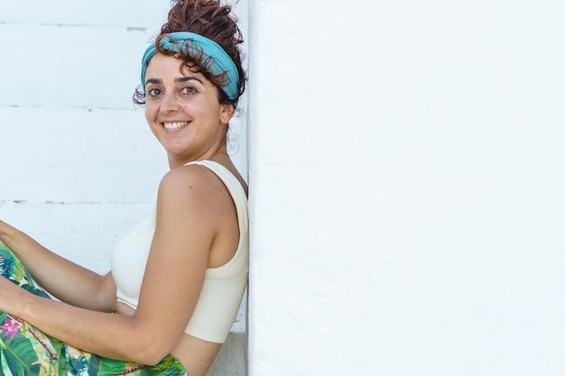 Portret van mooie tropische vrouw op vakantie. horizontale weergave van gebruinde vrouw op het strand.