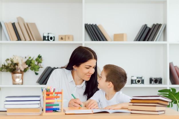 Portret van mooie tutor en ijverige leerling die elkaar bekijken tijdens het communiceren