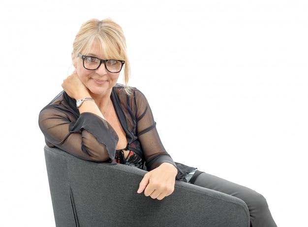 Portret van mooie volwassen vrouw met bril