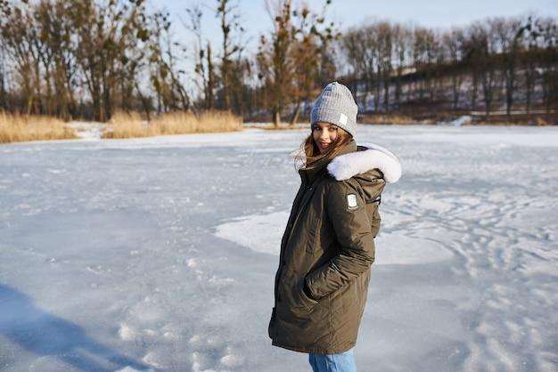Portret van mooie vrouw buiten in de besneeuwde winter