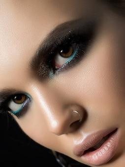 Portret van mooie vrouw close-up. perfecte huid- en avondmake-up. sensualiteit, passie, trendy jeugdmake-up of cosmetologieconcept.