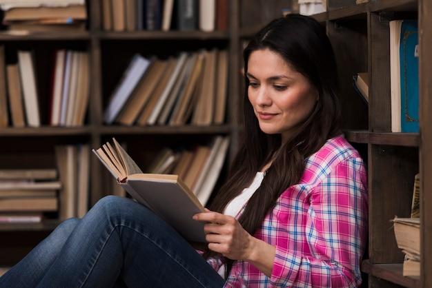 Portret van mooie vrouw die een boek leest