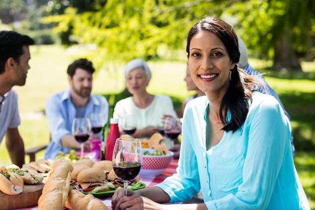 Portret van mooie vrouw die een glas rode wijn heeft