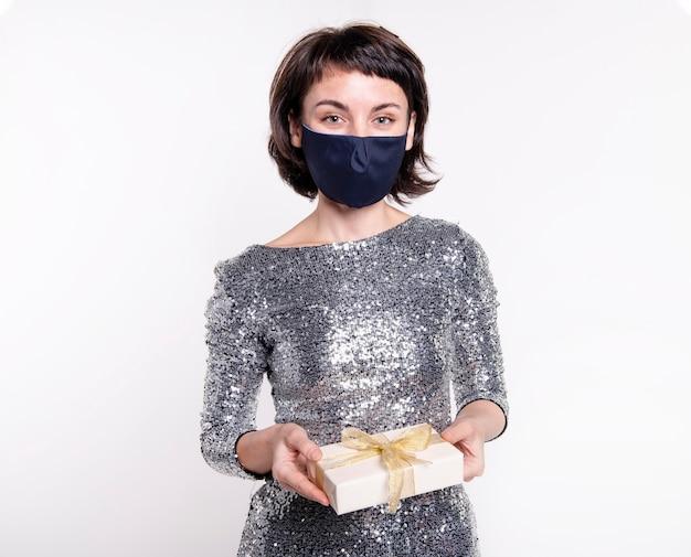 Portret van mooie vrouw die gezichtsmasker draagt