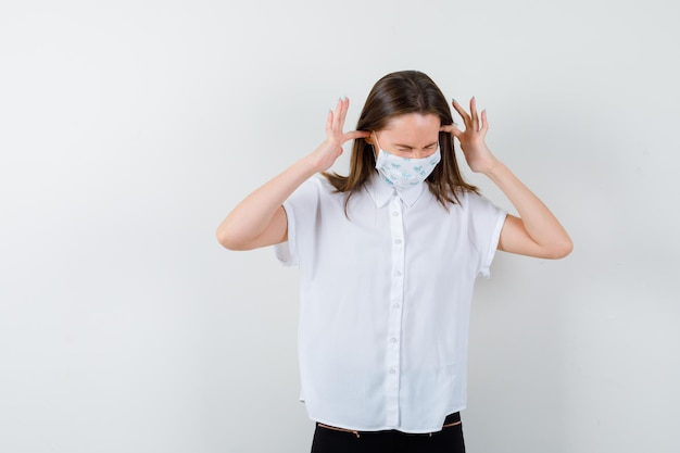 Portret van mooie vrouw die oren stopt