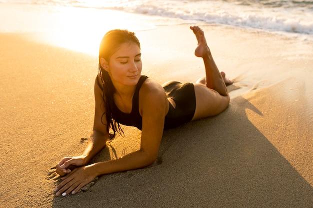 Portret van mooie vrouw die zich voordeed op het strand