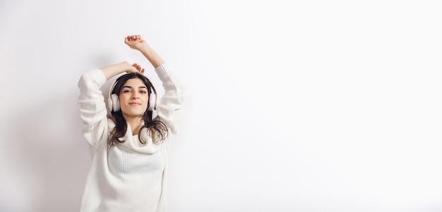 Portret van mooie vrouw geïsoleerd op witte studio achtergrond comfort warm in winter concept