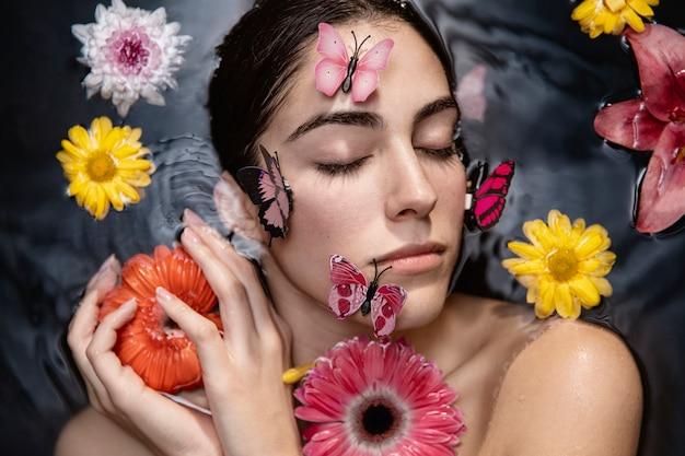 Portret van mooie vrouw genieten van huidverzorging behandeling