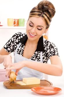 Portret van mooie vrouw in de keuken