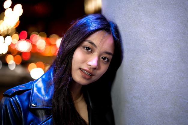 Portret van mooie vrouw in de stad 's nachts