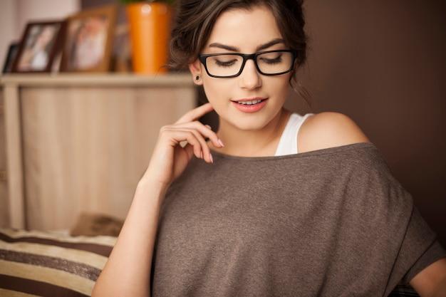Portret van mooie vrouw in de woonkamer