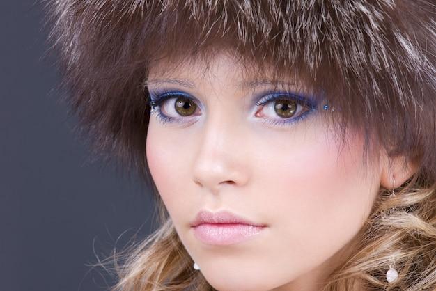 Portret van mooie vrouw in harige hoed