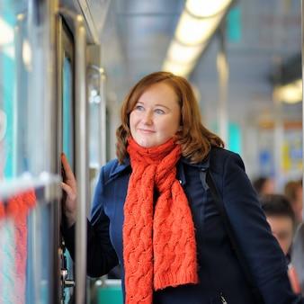 Portret van mooie vrouw in parijse metro