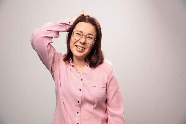 Portret van mooie vrouw in roze kleren die zich voordeed op een wit. hoge kwaliteit foto