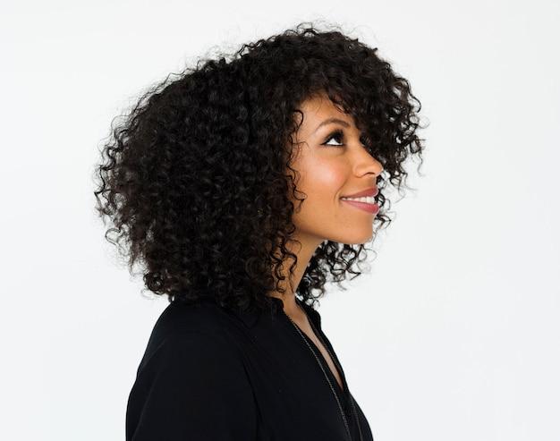 Portret van mooie vrouw met afrokapsel