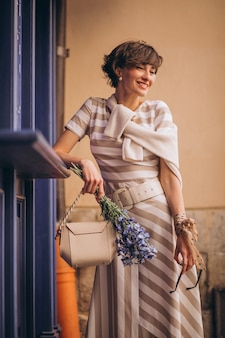 Portret van mooie vrouw met bloemen
