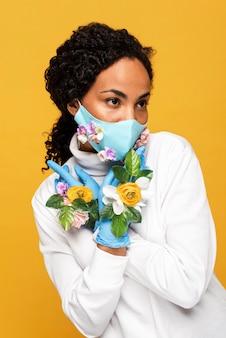 Portret van mooie vrouw met bloemenmasker