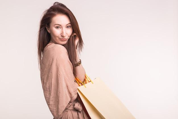 Portret van mooie vrouw met boodschappentassen op haar rug met kopie ruimte