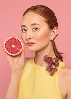 Portret van mooie vrouw met een vrucht