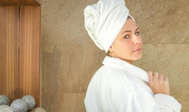 Portret van mooie vrouw met een witte badjas