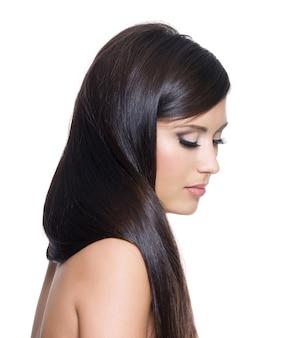 Portret van mooie vrouw met lang recht bruin haar - op witte achtergrond