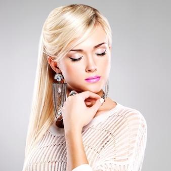 Portret van mooie vrouw met lichte maniermake-up en lange witte haren.