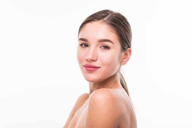 Portret van mooie vrouw met perfect gezicht op witte muur