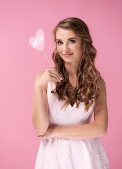 Portret van mooie vrouw met valentijnskaart