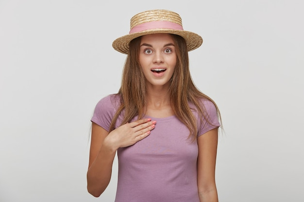 Portret van mooie vrouw met verbaasde uitdrukking, kijkt met afgeluisterde ogen en mond open houdt, wijst op zichzelf