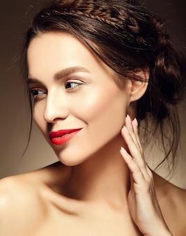 Portret van mooie vrouw model met verse dagelijkse make-up en rode lippen
