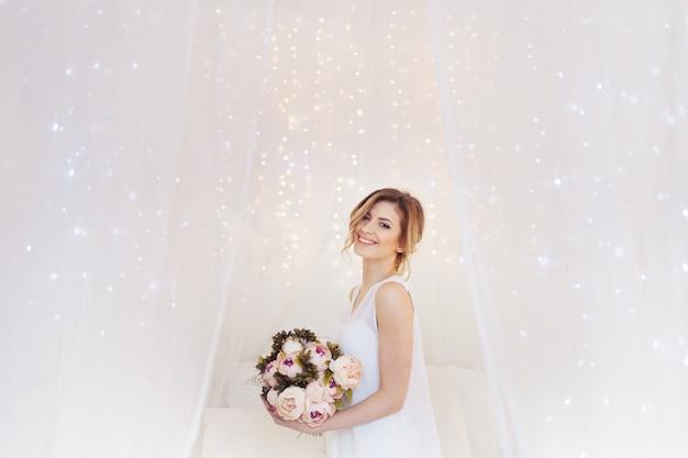 Portret van mooie vrouw model met verse dagelijkse make-up en romantisch golvend kapsel.