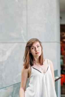 Portret van mooie vrouw. modieuze vrouw in winkelcentrum.