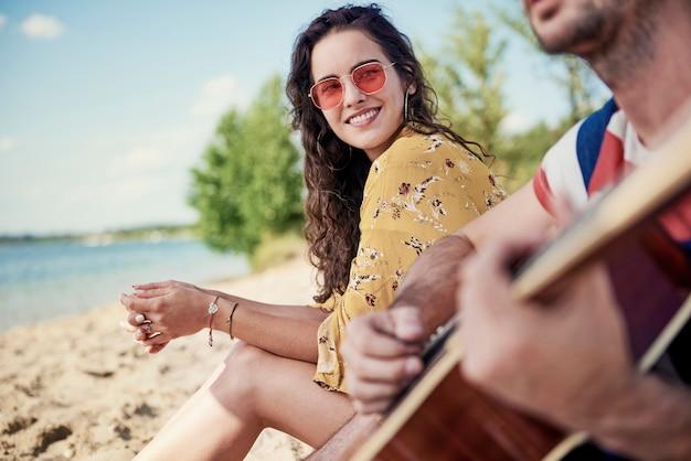 Portret van mooie vrouw op het strand