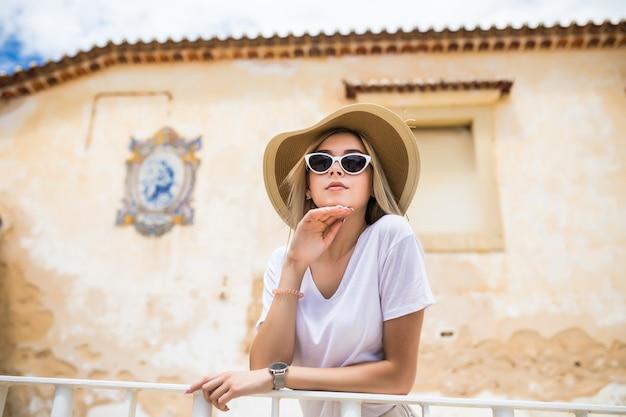 Portret van mooie vrouw op het terras in het hart van de oude stad