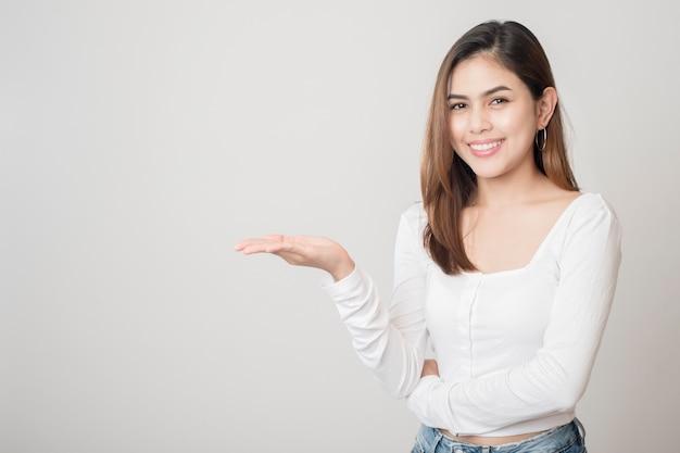 Portret van mooie vrouw op witte achtergrond