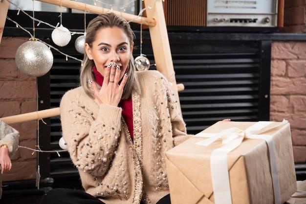 Portret van mooie vrouw opgewonden over een kerstcadeau